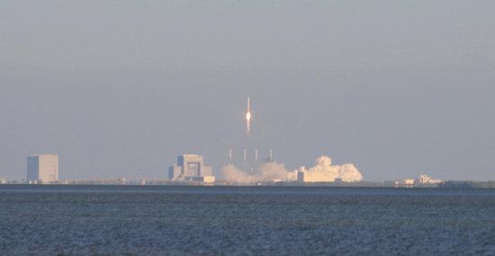 Start rakiety Falcon 9 z wyrzutni LC-40 obserwowany z większej odległości (Jen Scheer)