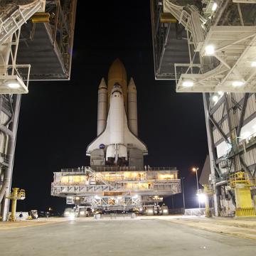 Prom Discovery - przygotowania do misji STS-133 / Credits - NASA