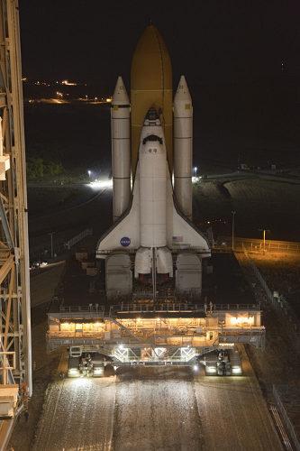 Discovery wjeżdża do VAB / Credits - NASA