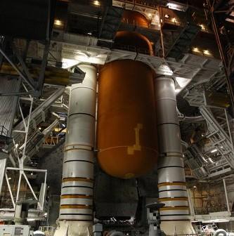 Discovery w VAB / Credits - NASA