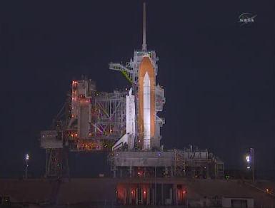 Prom kosmiczny Discovery oczekuje na próbę tankowania jego zbiornika głównego na wyrzutni LC-39A (NASA TV)