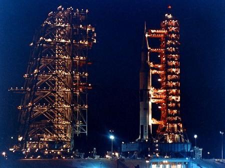 Historyczne zdjęcie rakiety Saturn-V na stanowisku startowym LC-39A podczas odsuwania wieży serwisowej Mobile Service Structure (MSS) / Źródło: NASA scan: J.L. Pickering