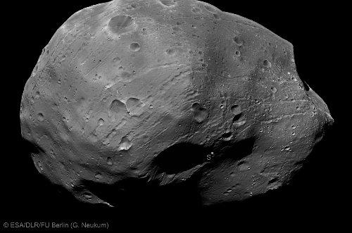 Obraz południowej części Phobosa / Credits - ESA, DLR, FU Berlin (G. Neukum)