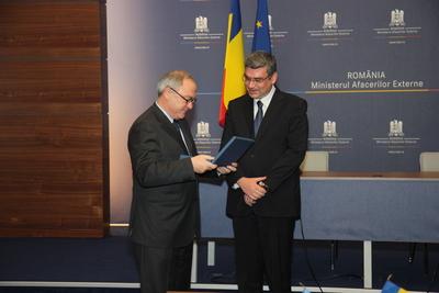 Dyrektor ESA, Jean-Jacques Dordain, wręcza okolicznościowy upominek ministrowi spraw zagranicznych Rumunii, Teodorowi Baconschiemu / Credits: Rumuńska Agencja Kosmiczna