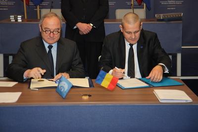 Dyrektor generalny ESA i rumuński minister spraw zagranicznych podpisują dokumenty akcesyjne / Credits: Rumuńska Agencja Kosmiczna