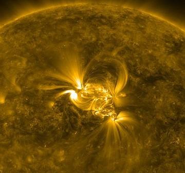 Grupy 1147 i 1149 zarejestrowane przez sondę SDO. Zdjęcie wykonano o 03:51 CET, jeszcze przed silniejszym rozbłyskiem. / Credits- NASA, SDO