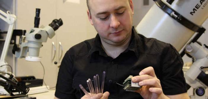 Mgr Dominik Rybka prezentuje elementy detektora i elektroniki eksperymentu POLAR przygotowywane w IPJ (Marek Pawłowski/IPJ)
