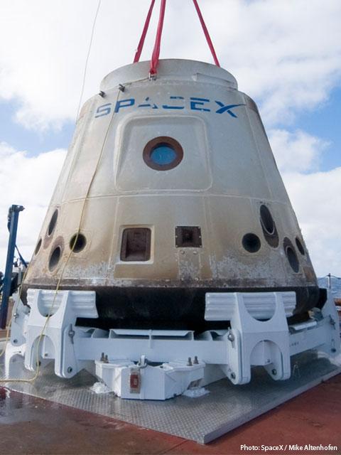 Kapsuła Dragon firmy SpaceX, na razie bezzałogowa, po swoim pierwszym locie / Credits: SpaceX