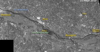 Powyżej: maj 2010, oczy sporej części Polski zwrócone są na Świniary, gdzie Wisła przerwała wał. Obszar zalany przez wodę widać na powyższym zobrazowaniu radarowym ASAR. Woda zaznaczona jest ciemnymi odcieniami szarości. Rys.: Andrzej Kotarba/CBK PAN/ESA.