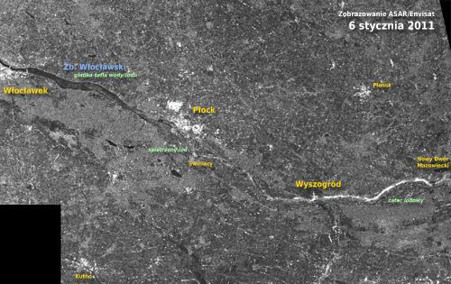 Powyżej: styczeń 2011, oczy sporej części Polski kierują się na Wyszogród, w okolicach którego piętrzy się kra na Wiśle. Spiętrzony lód powoduje wzrost szorstkości podłoża, co zwiększa odbicie sygnału radarowego. Obszary o większej szorstkości w obrębie rzeki zaznaczają się jasnymi odcieniami szarości i bielą. Najbardziej szorstka powierzchnia Wisły występuje między nowym Dworem Mazowieckim a Wyszogrodem. Dalej, aż po Płock, widać wyższą szorstkość niż latem - tu lód najprawdopodobniej nie jest aż tak bardzo spiętrzony. Między Płockiem a Włocławkiem Wisła wygląda bardzo podobnie jak w lecie - jest gładka, co może oznaczać albo gładką taflę wody, albo gładką taflę lodu (lód nie spiętrzony). Rys.: Andrzej Kotarba/CBK PAN/ESA.