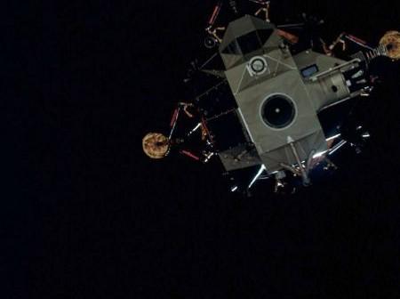 """Zdjęcie lądownika księżycowego """"Antares"""" wykonane wkrótce po odłączeniu od modułu załogowego """"Kitty Hawk"""" / Źródło: NASA"""