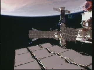 ATV-2 zadokowany do ISS (ukryty za panelami słonecznymi modułu Zwiezda po środku tego ujęcia). W tle Sahara. / Credits - NASA TV