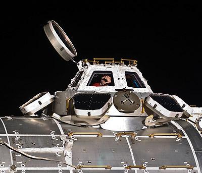 Astronauta ESA, Paolo Nespoli, inżynier lotu 26 stałej załogi ISS, na zdjęciu w oknie modułu Cupola w dniu 2 stycznia 2011 roku. Fotografia NASA ISS026-E-014375. (Credits:NASA)