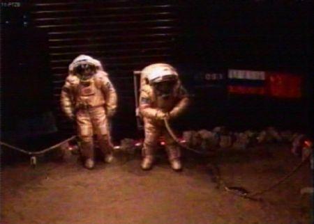 Diego Urbina i Aleksander Smoleevskiy podczas symulowanego spaceru po Marsie (Credits:ESA)