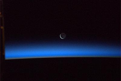 Księżyc przywitał się - jedna z fotografii jaką Paolo Nespoli wykonał w dniu 1 lutego 2011 roku tuż przed  manewrami automatycznego ramienia robota Canadarm2. (Credits: ESA/NASA)