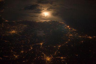 Światła miast nocą wzdłuż granicy Francji i Włoch, mocno oświetlone miasta to: Turyn (Włochy) oraz Lyon, i Marsylia (Francja). Zdjęcie wykonane gdy ISS znajdowała się nad granicą francusko-belgijską niedaleko Luksemburga. (Credits: ESA/NASA)