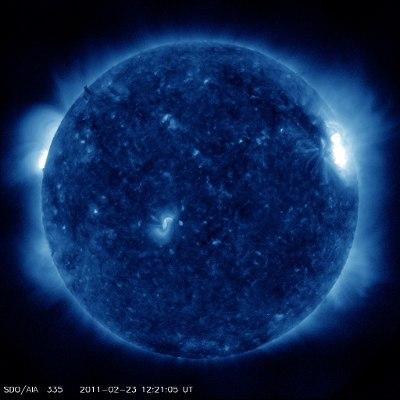 Widok Słońca z perspektywy Ziemi - opisywany obszar znajduje się za wschodnim (lewym) brzegiem widocznej tarczy. Przy zachodnim (prawym) brzegu widać grupy 1161 i 1162. / Credits - NASA, SDO