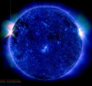 Słońce w momencie wspomnianego rozbłysku za krawędzi tarczy słonecznej / Credits - NASA, SDO