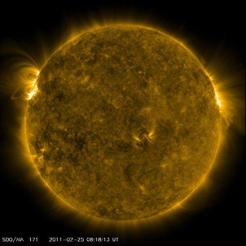 Widok Słońca w dniu 25 lutego 2011 roku, o godzinie 09:18 CET. Aktywny obszar powoli wyłania się na widoczną z Ziemi tarczę Słońca / Credits - NASA, SDO
