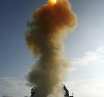 Start rakiety balistycznej z pokładu amerykańskiego krążownika USS Lake Erie, mający na celu znieszczenie satelity szpiegowskiego USA 193 (Credits: U.S. Navy)