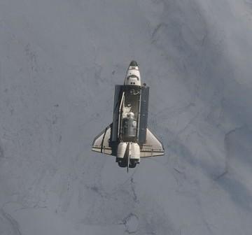 Prom Endeavour zbliża się do ISS w trakcie misji STS-130 / Credits - NASA