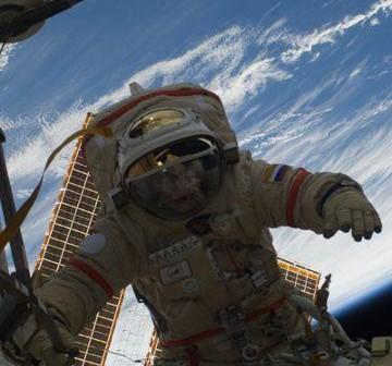 Kosmonauta w rosyjskim skafandrze Orlan-MK / Credits: NASA