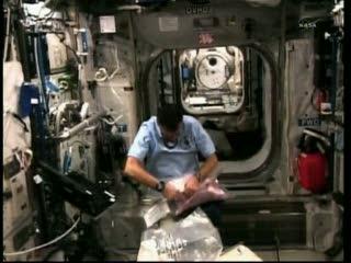 Godzina 22:34 CET - Paolo Nespoli w module Columbus / Credits - NASA TV