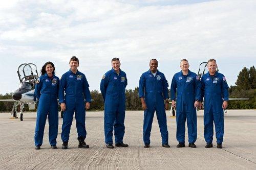 Załoga promu Discovery na Florydzie / Credits - NASA