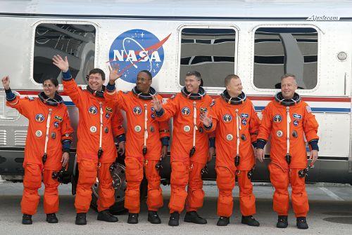 Załoga promu Discovery tuż przed wejściem do Astro Vana / Credits - NASA
