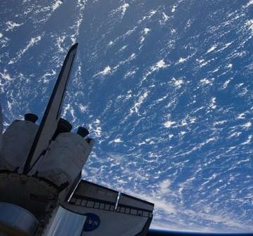 Widok z ISS na zadokowany prom oraz Ziemię w tle. Zdjęcie wykonano 26 lutego 2011, w trakcie FD3 / Credits - NASA