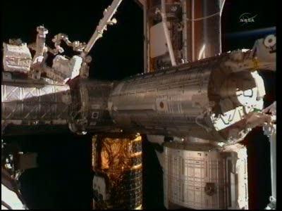 Pierwsze ujęcie prom Discovery zadokowany do ISS. Na obrazie widać także pojazd HTV-2. / Credits - NASA TV