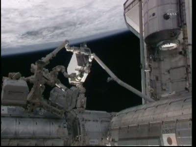Przechwycenie ELC-4 przez SRMS / Credits - NASA TV