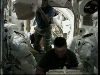 Godzina 21:32 CET - przygotowania do EVA-1 / Credits - NASA TV