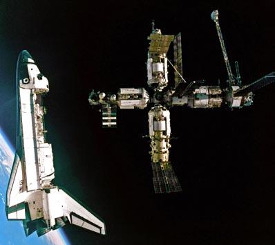 Atlantis odcumowuje od stacji Mir / Credits: NASA, Roskosmos