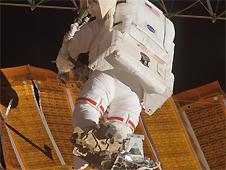 Astronauta Scott Parazynski naprawiający panele słoneczne na ISS podczas misji STS-120 (Credit: NASA)