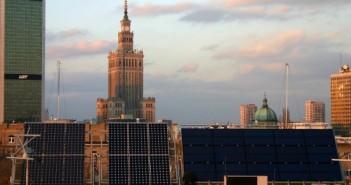 Moduły fotowoltaiczne zainstalowane na Politechnice Warszawskiej (pv.pl)