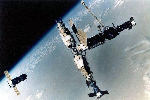 Mir w 1993 roku oraz Progress M-18 / Credits - ESA