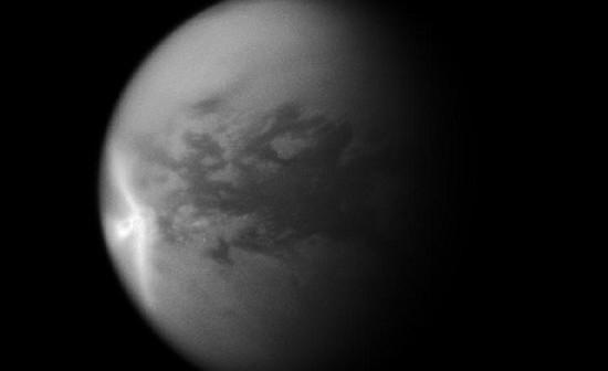 Na zdjęciu uzyskanym przez sondę Cassini widać gigantyczną burzę – strzałkę. Jej kształt i proces powstawania stały się tematem dociekań naukowców. Credits: NASA/JPL