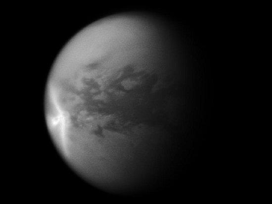 Ilustracja przedstawia wielką burzę w kształcie strzałki, okrążającą Tytana wzdłuż równika. Wywołała ona zmiany na powierzchni księżyca (przedstawiane na wcześniejszych ilustracjach). Widoczna część ma 1200 km długości (wschód-zachód) i 1500 km szerokości licząc od końca północno-zachodniego przez najbardziej wysunięty na wschód punkt do końca południowo-zachodniego. [Image credit: NASA/JPL/SSI]