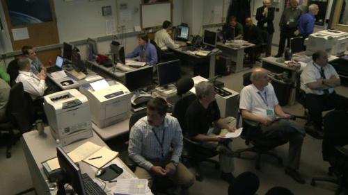 Zespół naukowców oczekuje na dane z sondy MESSENGER w Mission Operations Center (NASA TV)