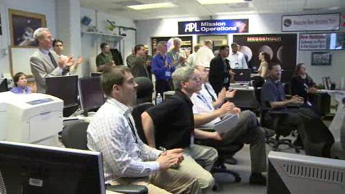 Naukowcy w Centrum Kontroli Misji z entuzjazmem witają wiadomość o poprawnym zakończeniu pracy silnika sondy (NASA TV)
