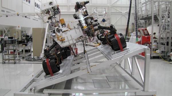 MSL z widocznymi zainstalowanymi kamerami Mastcam-34 i Mastcam-100 (NASA/JPL)