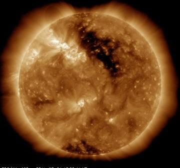 Wygląd Słońca 1 marca o godzinie 19 CET. Po środku widoczna dziura koronalna a na prawo od niej obszar 1164 / Credits - SDO, NASA