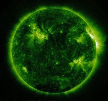 Widok Słońca w dniu 16 marca 2011 - grupa 1166 znajduje się na zachodnim (prawym) brzegu widocznej z Ziemi tarczy Słońca / Credits - NASA, SDO
