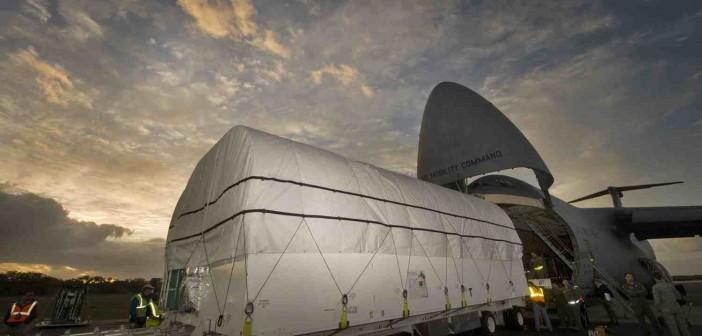 Wyładunek GEO-1 z samolotu C-5 / Credits: Lockheed Martin
