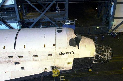 Lato 2002 roku - (niepełny) prom Discovery wjeżdza do hali VAB / Credits - NASA
