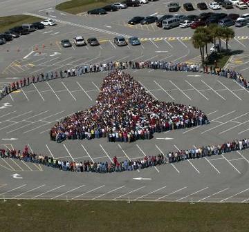 Pracownicy NASA w KSC tworzą sylwetkę promu kosmicznego / Credits - NASA, Kim Shiflett