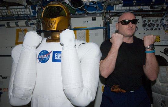Scott Kelly (jeszcze na pokładzie ISS) wraz z Robonautą 2 / Credits - NASA
