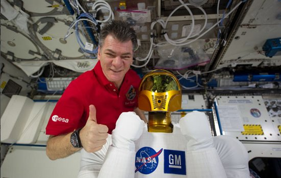 Paolo Nespoli i Robonauta 2. Zdjęcie z marca 2011 roku / Credits - NASA