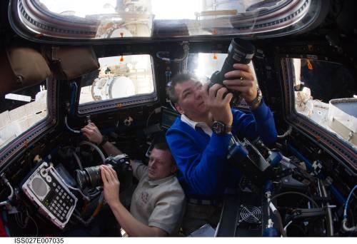 Nespoli i Kondratjew fotografują z modułu obserwacyjnego Cupola statek HTV-2 podczas odłączenia 28 marca / Credits: NASA